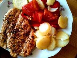 kuřecí steak a pečená zelenina