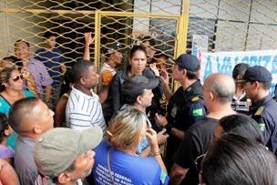 Comandante da Guarda Municipal tenta, em vão, retirar manifestantes da entrada da Secretaria de Finanças