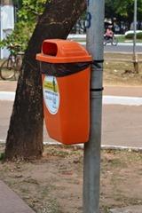 A utilidade das papeleiras é na verdade receber resíduos produzidos por transeuntes como, por exemplo, palitos de picolés, embalagens e similares