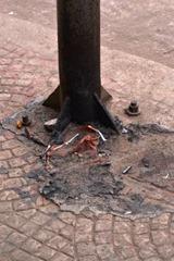Papeleiras são queimadas por vândalos