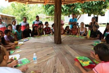 roda-de-historias-e-sonhos-com-os-25-alunos-da-escola-sao-sebastiao-no-rio-anapu