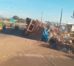 Redenção: Caminhão carregado de entulho tomba na saída para Pau D'Arco