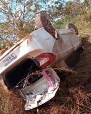 Xinguara: Carro capota, fica destruído, mas ocupantes têm apenas ferimentos leves