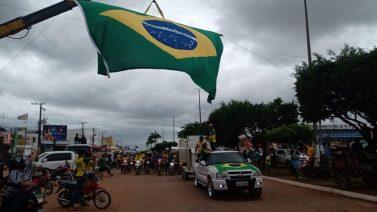 De cavalo, bicicleta e trator, manifestantes desfilam em Jacundá