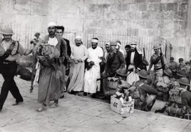 שוטרים בריטיים מפנים ערבים שהשתתפו בהומות מירושלים [ויקיפדיה בריטי]