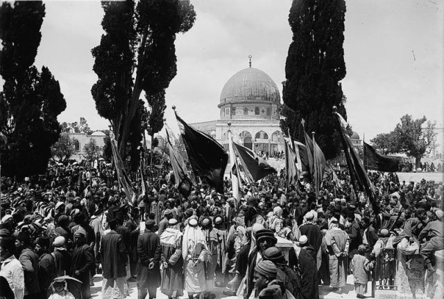 התארגנות לחגיגות נבי מוסא בירושלים, על הר הבית כשברקע כיפת הסלע, 1918