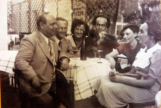 במרפסת קפה אררט, , 1938. מימין לשמאל יוכבד בת-מרים, לאה גולדברג, אברהם שלונסקי, ליובה גולדברג, ישראל זמורה ומשה ליפשיץ ויקיפדיה