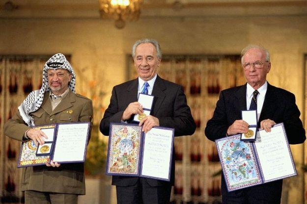 יצחק רבין, שמעון פרס ויאסר ערפאת מקבלים את פרס נובל לשלום בעקבות הסכמי אוסלו