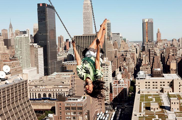 Foto: Ryan McGinley voor New York Times magazine. Schommelend: zangeres Maya Arulpragasam.