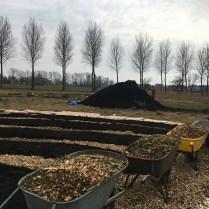 NL Doet 2018 - verse houtsnippers voor op de paden