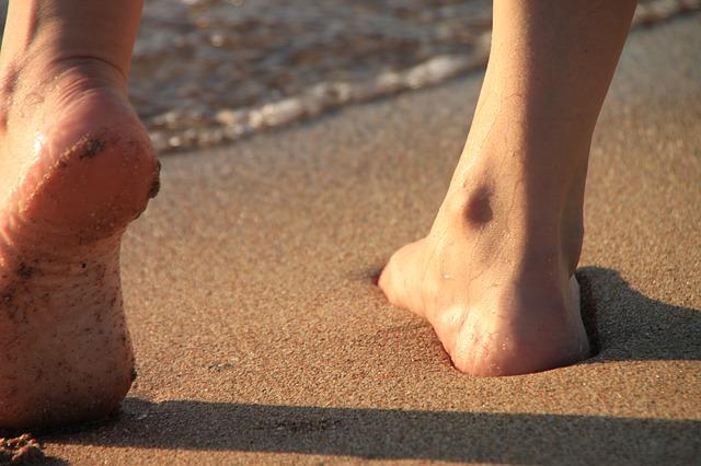 femme pieds nus