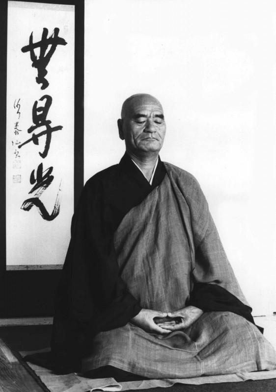 Maitre Taisen Deshimaru en zazen