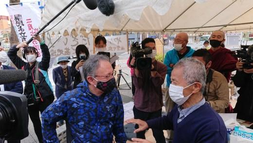 具志堅隆松さんに会いに来た玉城デニー沖縄県知事。(3月6日)