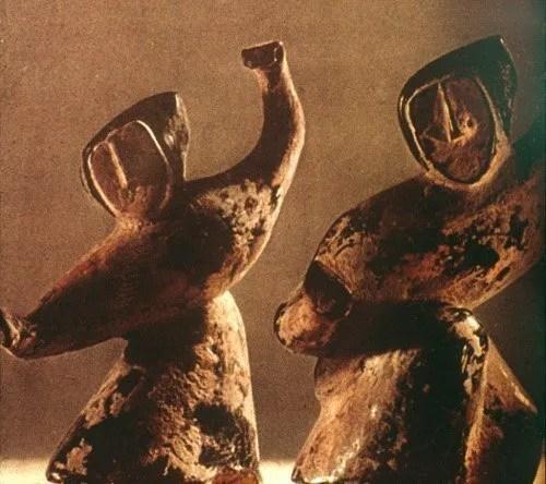 Statue di argilla che raffigurano risalenti alla dinastia Zhou (XII-III secolo a.C.) che raffigurano donne sciamane danzanti.