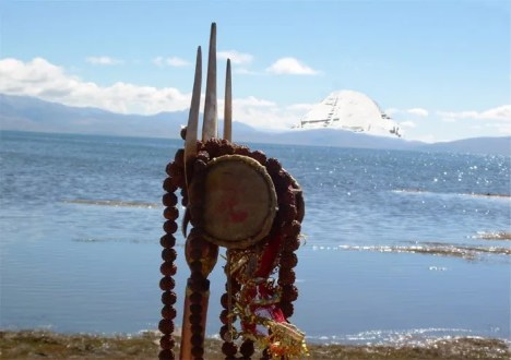 Tridente e damaru e sullo sfondo il m.te Kailash