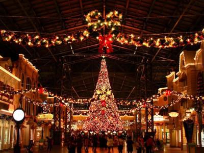 夜のクリスマスツリーイルミネーションカーニバル