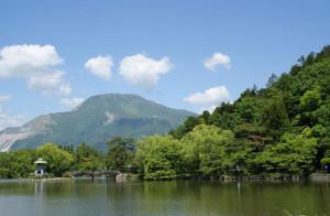 初夏の湖と緑の山々