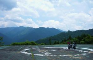 初夏の青空と山々