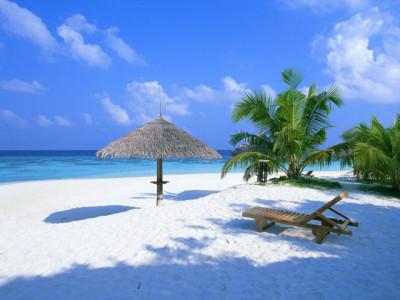 夏のリゾートの白い砂浜