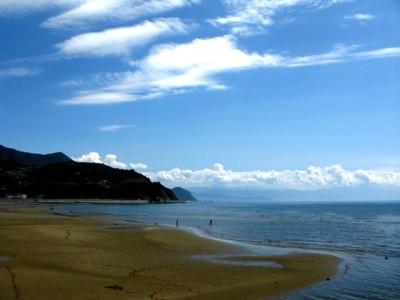 夏の海と砂浜と青空