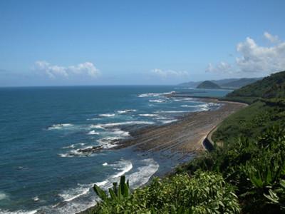 夏の海岸と青空と海沿いの風景