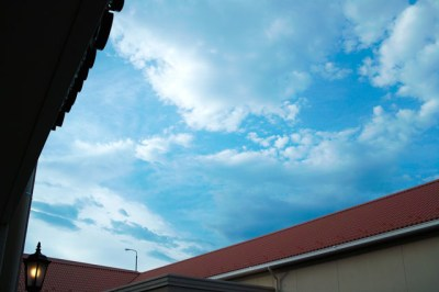 初夏の建物の間から見える青空