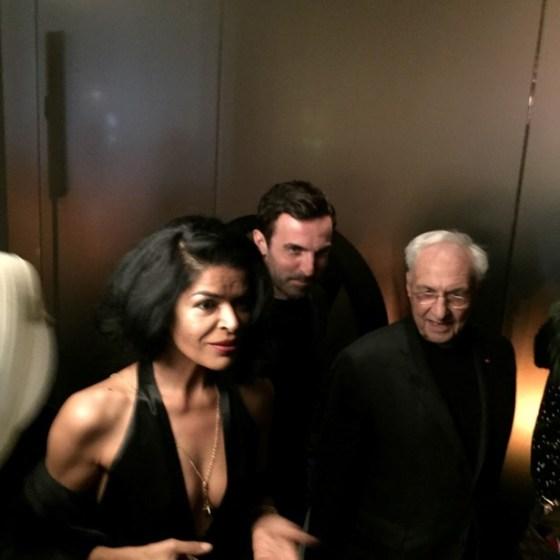 Elsaine Von Blankenhagen chegando no jantar com Nicolas Ghesquèiere e o arquiteto Frank Gehry