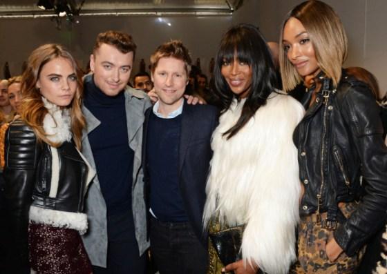 Christopher Bailey, Cara Delevingne, Sam Smith, Naomi Campbell e Jourdan-Dunn no backstage do desfile da  Burberry Womenswear Outono/Inverno 2015