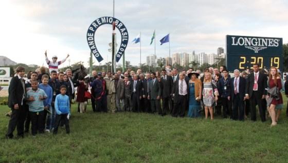 Cavalo vencedor, equipe e familia reunida