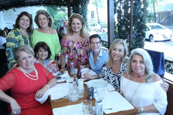 As amigas e a aniversariante Renata Fraga