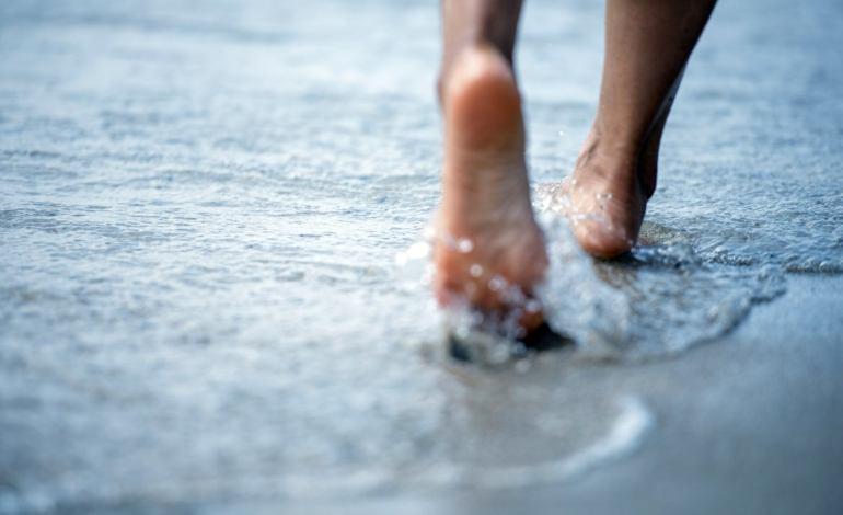 Camminare scalzi sulla terra e sulla sabbia fa bene alla salute sia fisica che mentale