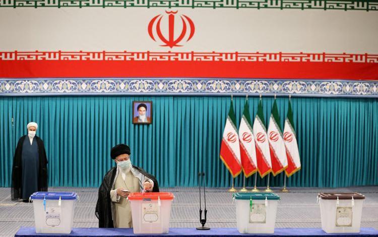 Iran, seggi aperti per le presidenziali: Khamenei vota a Teheran