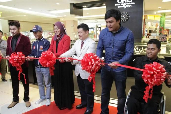 Oris Island Boutique in 1Utama (Old WIng) - 26 (L-R) Dennis Lau, Zulfahmi Khairuddin, Shila Amzah, Raymond Tan, Mohd Ziyad Zolkefli and Hasihin Sanawi