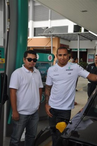 PDB IMG 3 Lewis Hamilton fuels up for one of PETRONAS' customers, Zaid Solahan