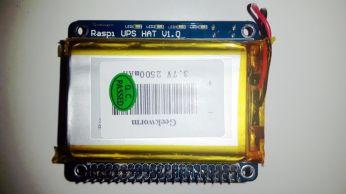 Vista dall'alto, con la batteria installata e l'header 40 pin. In alto, sopra la scritta, i 4 led che indicano lo stato della batteria.