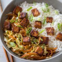 טופו פריך עם ירקות מוקפצים ברוטב ג'ינג'ר, דבש ושום