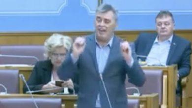 Photo of VIDEO/ Deputeti serb i parlamentit malazez, shpërthime anti-shqiptare: S'mund t'jua lëmë muslimanëve Malin e Zi