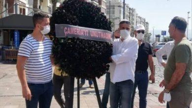 Photo of Shqiptarët e Izmirit përkujtojnë 76-vjetorin e genocidit grek në Çamëri. Lanë një kurorë të zezë para konsullatës greke