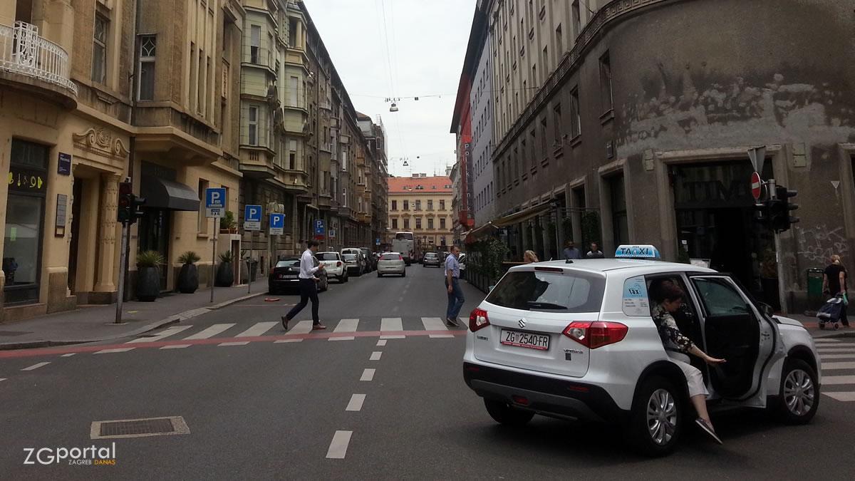 radio taxi / amruševa ulica, zagreb / lipanj 2017.