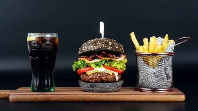 hamburger, coca cola i pommes frites - amazinga zagreb - 2020