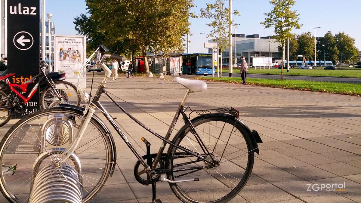 bicikl & biciklistička staza / bus 268 velika gorica - glavni kolodovor / avenue mall zagreb / rujan 2015.
