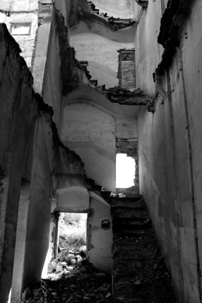 En algunas casas se pueden ver las escaleras destrozadas. Fuente: M.I