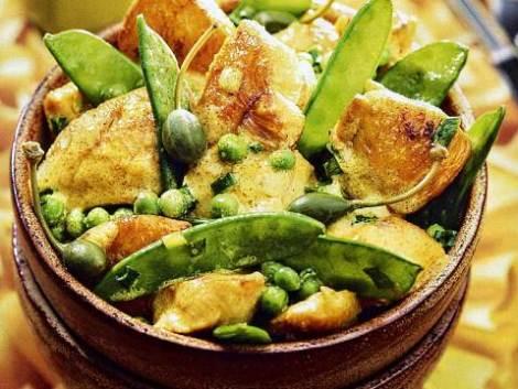 Курица с зеленым горошком стручками. Нежное мясо сочный гарнир.