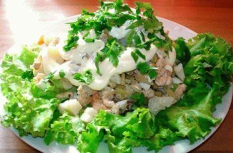 Салат московский курица, окорок, огурец. Вариант столичного салата.