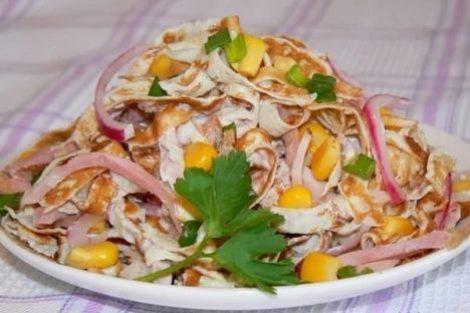 Завтрак рецепт салата блины, курица, кукуруза. Вкусный завтрак фото.