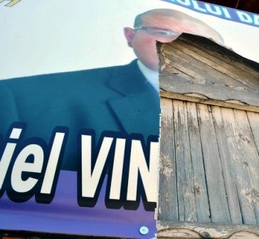 Bătaie electorală și mii de afișe distruse