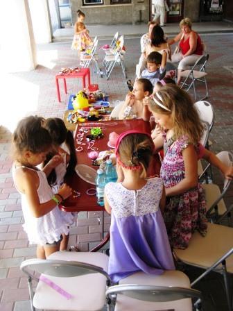 Tîrg de jucării organizat de copii pentru copii