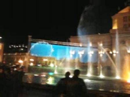 Amfiteatru și proiecții de filme pe ecran din apă, în Pietonal