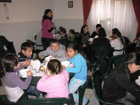 """ArcelorMittal Roman a oferit cadouri copiilor din Asociaţia """"Speranţă şi Iubire"""""""
