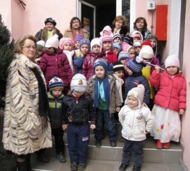 """Preșcolarii de la Grădinița """"Petru Poni"""" dăruiesc bucurii"""